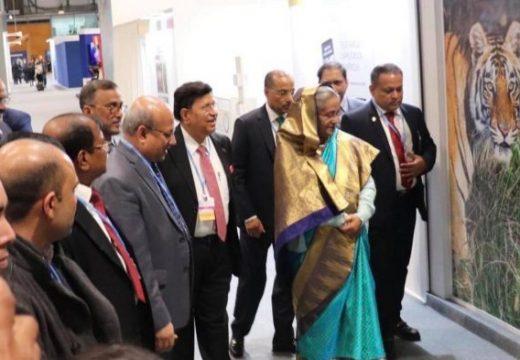 জলবায়ু সম্মেলনে শেখ হাসিনা বাংলাদেশ প্যাভিলিয়ন পরিদর্শন করেন